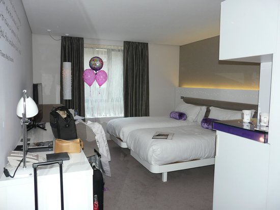 The Morrison, a DoubleTree by Hilton Hotel: Our room with the balloons