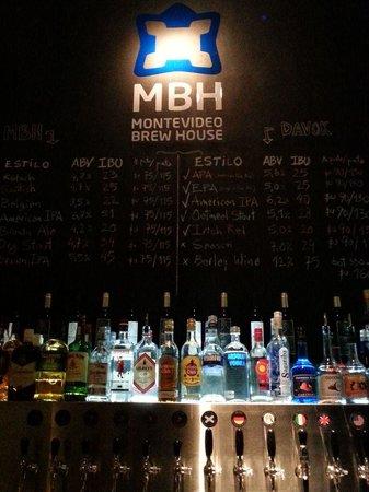 Montevideo Brew House: Detrás de la barra, cervezas y bebidas.