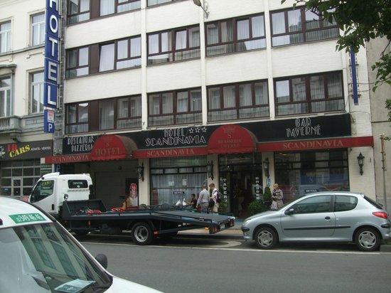 Slina Hotel: Strassenansicht.