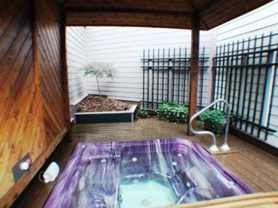 Oasis Hot Tub Gardens: Gazebo