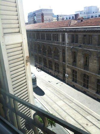Ibis Marseille Centre Vieux Port: Вид на трамвайные рельсы и почтамт. Трамваи по ночам не ходят и спать не мешают.