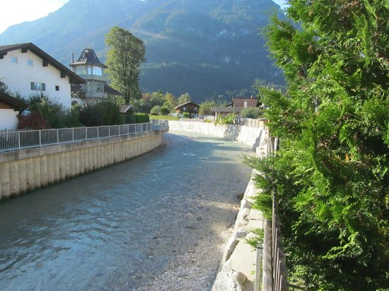 Hotel Edelweiss: River in back of the hotel