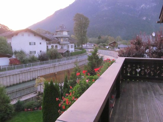 Hotel Edelweiss: View along the river