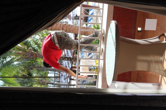 Barcelo Maya Colonial: Sr pintando nuestro balcón
