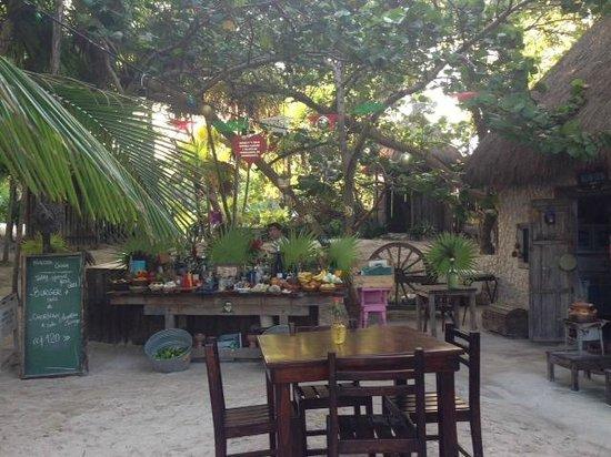 Playa Esperanza: Vista del Restaurante que comparte la zona con las cabañas