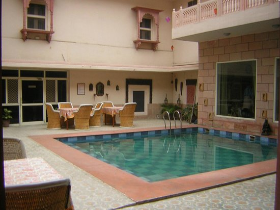 Suryaa Villa: poolside