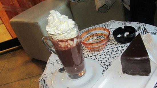 Alp & Wellness Hotel Mota: Cioccolata e sacher