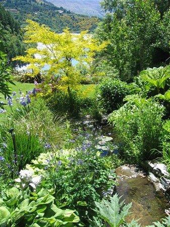 เทอร์ลอว์น เพลส: The garden behind the house has 3 ponds and a water fall
