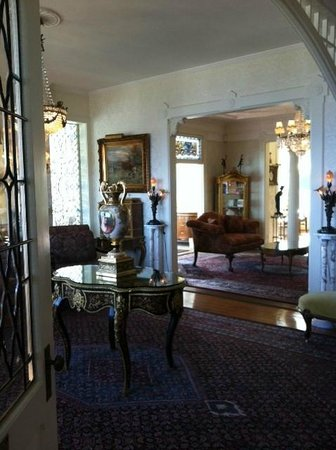 Seven Gables Inn: Interior of Lobby (Main House) w/ views of Pacific!