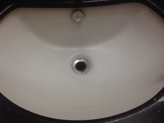 Howard Johnson Inn & Suites Miramichi: Cracked sink at Howard Johnson, Miramichi.