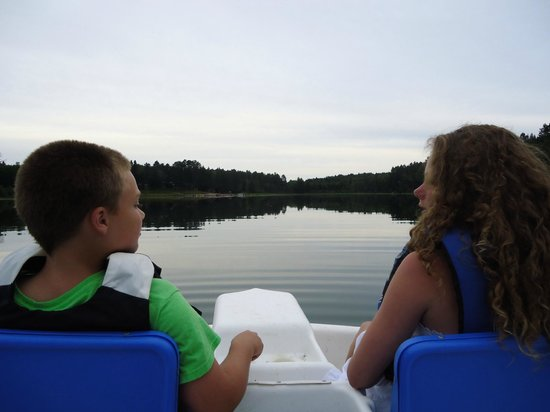 Sleeping Fawn Resort & Campground: paddle boating on the calm waters