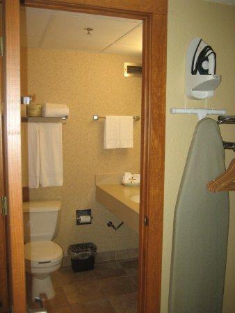 Grand Portage Lodge and Casino: Entryway Bathrrom