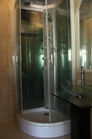 Hotel Antiyal: Baño Departamento