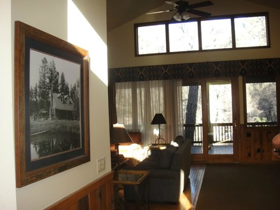 Kohl's Ranch Lodge : entryway looking to living area and deck