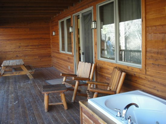 Kohl's Ranch Lodge: deck with hot tub
