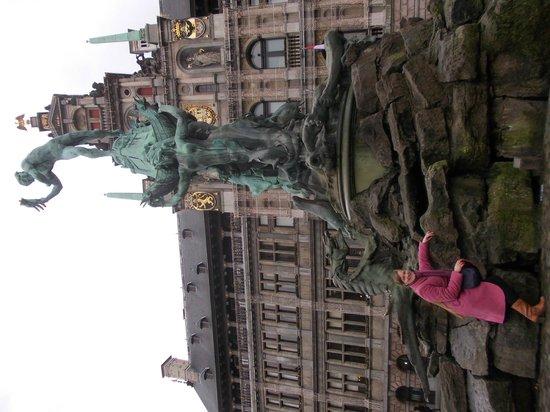 Liebfrauenkathedrale (Onze-Lieve-Vrouwekathedraal): памятник на зеленой площади.