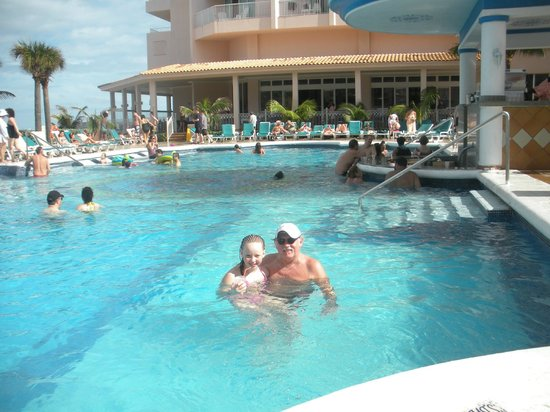 Hotel Riu Palace Paradise Island: pool & bar looking at dinning area Sports bar open 24-7