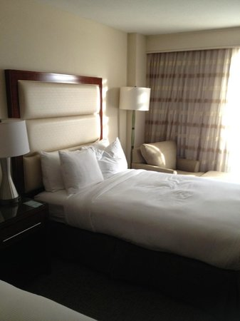 Hilton Singer Island Oceanfront/Palm Beaches Resort: Twin bed and lamp