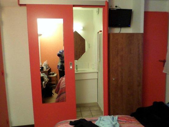 Arcantis Hotel Hexagone Arc-en-Ciel : Sehr kleines Zimmer, eben nur ein Schlafplatz