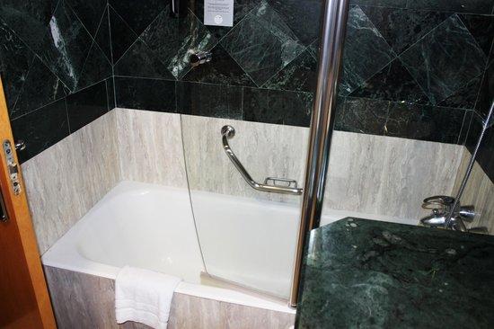 Abba Sants Hotel : Une vue de la salle de bain
