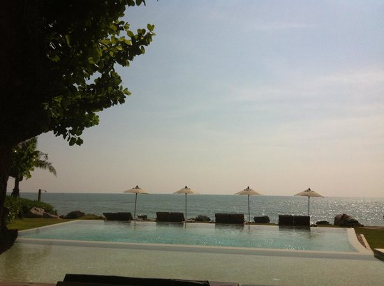Devasom Hua Hin Resort: Sitting by the pool, looking out at the ocean.