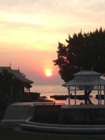 Devasom Hua Hin Resort: The amazing sunrise over the ocean
