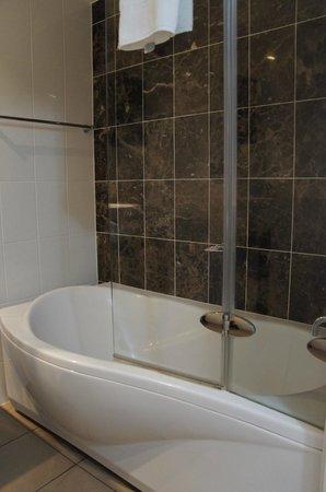 Rydges Mount Panorama Bathurst: bath room
