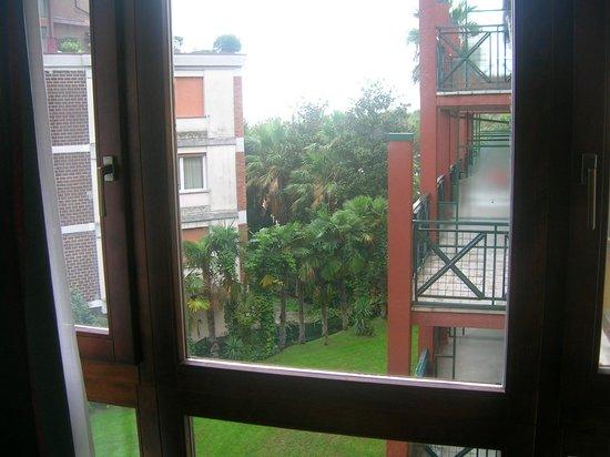Parc Hotel Gritti: Blick von unserem Fenster auf die Zimmer mit Balkon