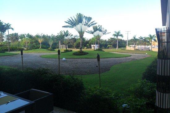 NH Punta Cana: área externa do restaurante que dá para este jardim