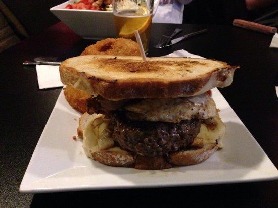 Blackie's Bulldog Tavern: Yummy breakfast burger!