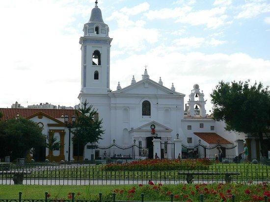 Dazzler Recoleta: Praça e Igreja
