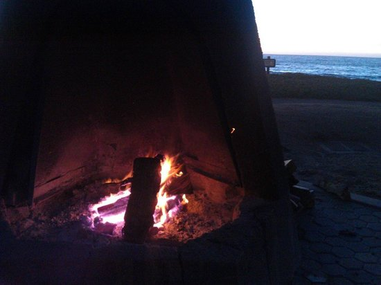 Cavalier Oceanfront Resort: Fire pit overlooking Pacific Ocean