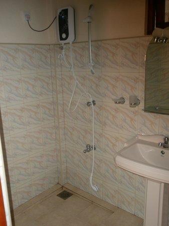 Green Garden Cabanas & Resort: Bathroom