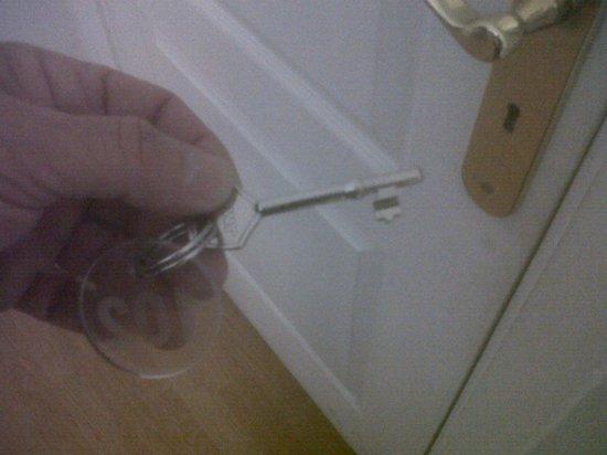 Bora Bora The Hotel: llave de la puerta de entrada a la habitación