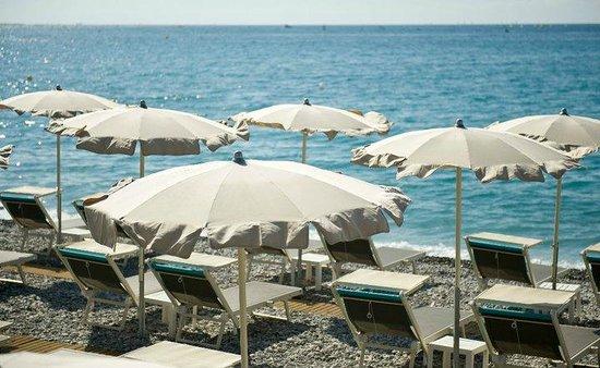Les parasols picture of carre bleu cagnes sur mer for Carre bleu