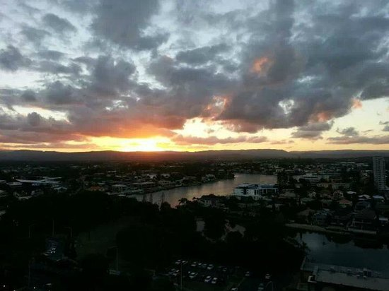Wyndham Surfers Paradise : View on the hinterland sunset from our room