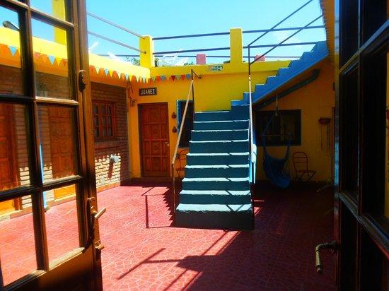 Hostel El Malecon : Habitaciones y terraza