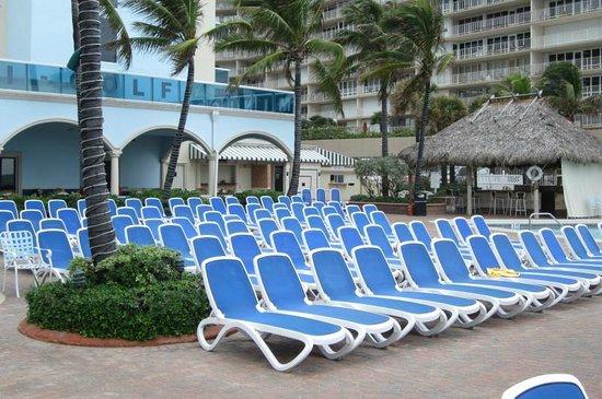 Ocean Sky Hotel & Resort: Patio