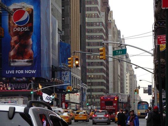Sheraton New York Times Square Hotel: Em frente ao Sheraton