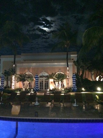 Colony Hotel: the pool by night