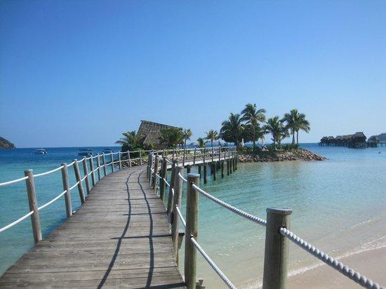 Likuliku Lagoon Resort: pontile verso l'isolotto da cui fare snorkelling