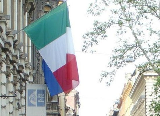 Angelico Tours : The Italian flag on the former Hungarian Parliament (now Istituto Italiano)