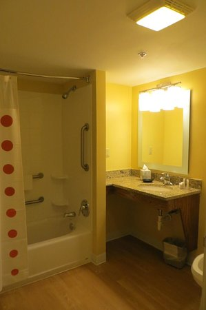 TownePlace Suites Newport News Yorktown: Bathroom of Room 105