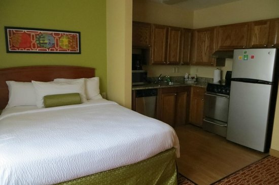 TownePlace Suites Newport News Yorktown: Room 105 bed and kitchenette