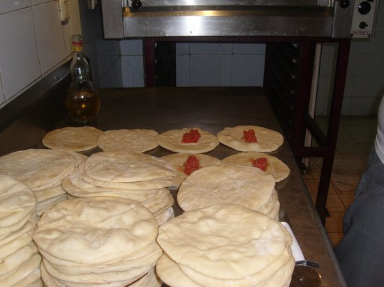 Hotel Nesrine: fresh pizzas being made