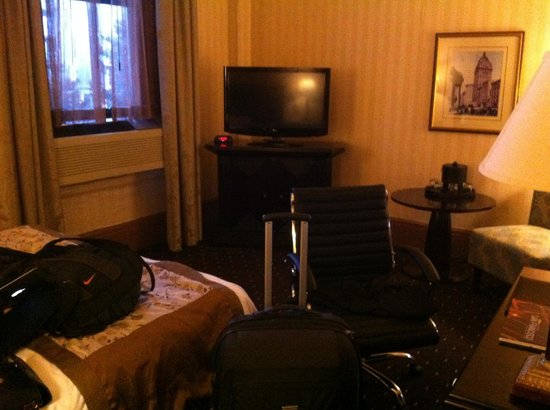 Hotel Whitcomb: Room 563 - photo taken from the doorway as you enter the room