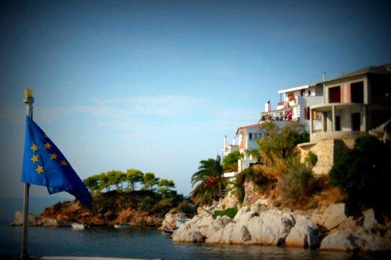 Mandraki Village Boutique Hotel: Skiathos Town looking out to sea!