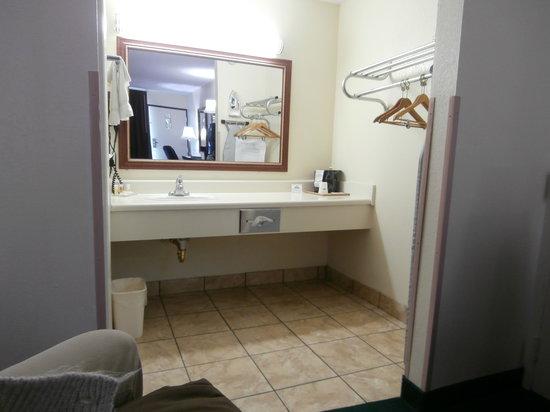 Days Inn Newton: bathroom