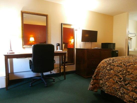 Days Inn Newton: televison and desk area