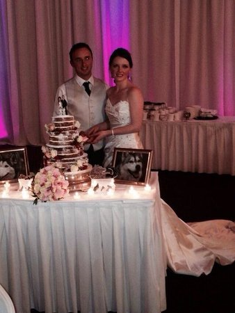 Mullingar Park Hotel : My sister and husband cutting the cake.